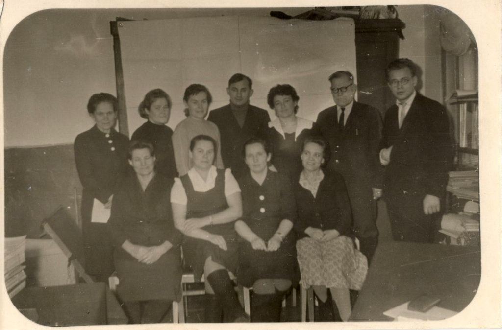 Педагогический коллектив Больше-Савинской школы (нижний ряд справа-налево: Басалгина Г.Г., Кудрина А.Н., Оборина К.Г.)