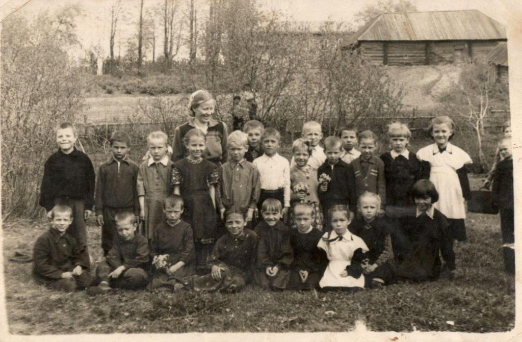 Учащиеся 1б класса у Больше-Савинской школы, 1955 г.