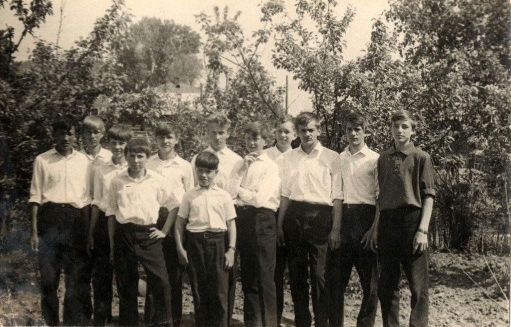 Учащиеся в школьном саду, 1965 г.