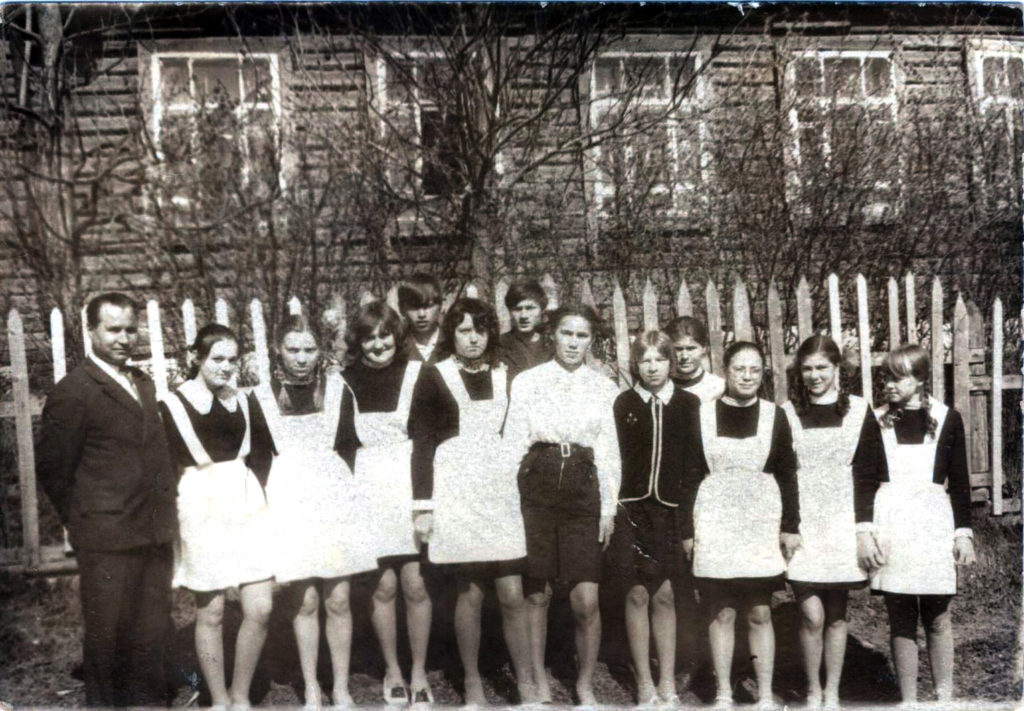 Учитель истории и учащиеся у школы, 1962 г.